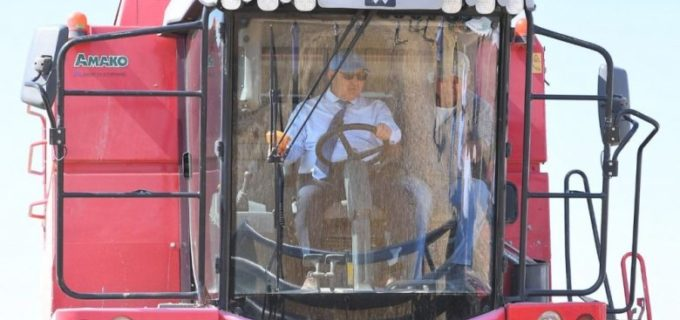 Аким Туркестанской области сел за руль комбайна — фотофакт