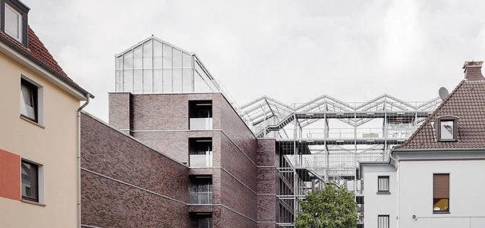 Административное здание c теплицей на крыше